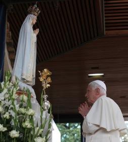Benedicto ante Virgen de Fátima_Ley Dominical.JPG