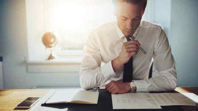 hombre-serio-trabajando-documentos.jpg
